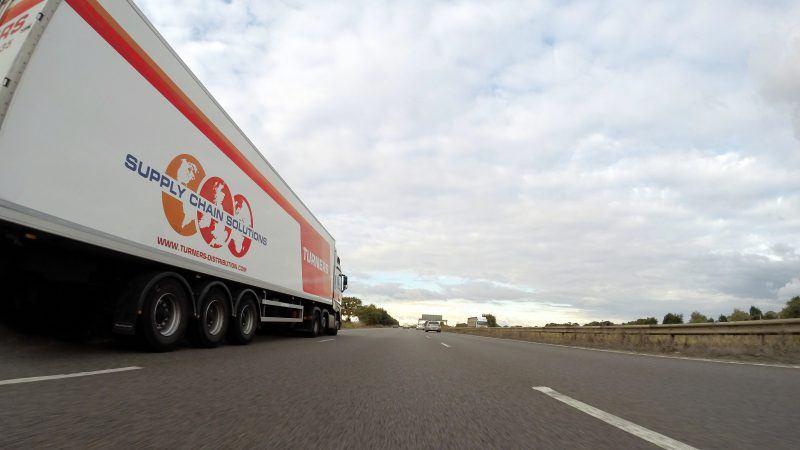 Naczepa ciężarówki na drodze